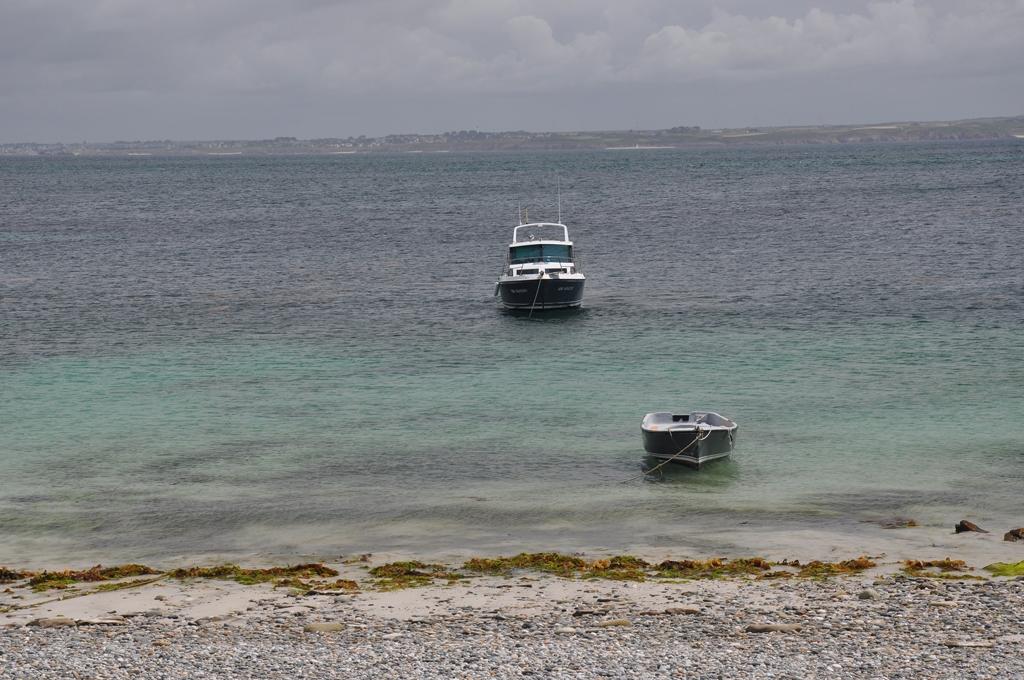 le bateau de Mathieu et son annexe a l'ile de Litiri